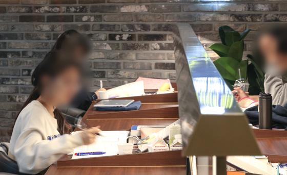 서울 시내의 한 스터디카페에서 학생들과 수험생들이 공부를 하고 있다. 뉴스1