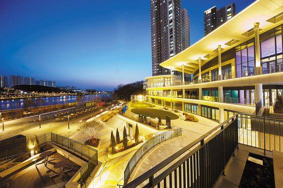 최근 우미건설이 개장한 복합상업공간 '레이크꼬모' 사진. 동탄호수공원을 품은 라이프스타일파크 콘셉트가 적용됐다.
