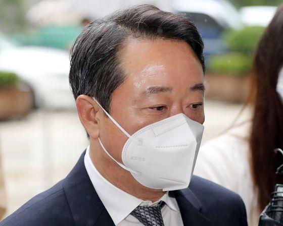 이웅열 전 코오롱그룹 회장이 30일 구속영장심사를 받기 위해 서울 서초구 중앙지법으로 들어서고 있다. [연합뉴스]