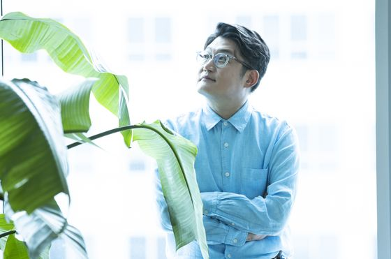 """MBC 라디오를 10년 이상 진행해 브론즈마우스를 수상하게 된 가수 김현철. 그는 '오전과 오후 프로그램은 청취층은 물론 스튜디오에 비치는 햇살부터 다르다. 모든 일상이 프로그램 시간대에 맞춰진다""""고 말했다. 권혁재 사진전문기자"""