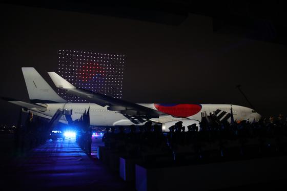 지난달 25일 경기도 성남 서울공항에서 오후 8시 40분 시작한 6ㆍ25 70주년 추념식에서 공군의 공중급유기 KC-330 시그너스 동체 위로 호국 영령을 기리는 영상을 비추는 미디어 파사드의 한 장면. [청와대사진기자단]