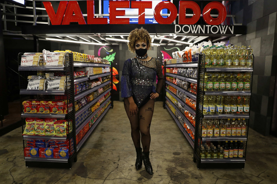 슈퍼마켓으로 변신한 페루의 성 소수자 나이트클럽에서 직원이 손님을 기다리고 있다. [EPA=연합뉴스]