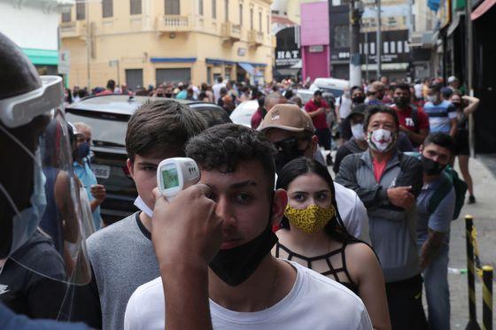 브라질 상파울루에서 체온 체크를 하고 있는 시민들의 모습. 브라질의 코로나19 확진자는 140만명을 넘어섰다. [로이터=연합뉴스]