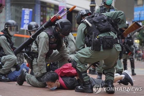 지난 5월 24일 '홍콩 국가보안법'에 반대하는 시위를 벌이던 사람이 홍콩 경찰에 의해 체포되고 있다. [AP=연합뉴스]
