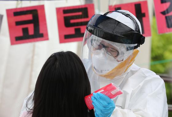 대전 동구 천동초등학교에서 교내 첫 신종 코로나바이러스 감염증(코로나19) 확산이 발생한 가운데 1일 오전 동구보건소에 마련된 선별진료소에서 학생들이 검사를 받고 있다. 뉴스1