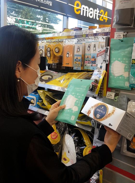 1일부터 비말 차단용 마스크 판매처가 대폭 늘어난다. 지나달 30일 편의점 이마트 24에서 소비자가 마스크를 살펴보고 있다. 사진 이마트24