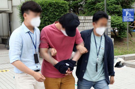 서울역에서 30대 여성을 상대로 '묻지마 폭행'을 저지른 남성 이모(32)씨가 지난 4일 오전 서울 서초구 서울중앙지방법원에서 열린 구속 전 피의자 심문(영장실질심사)을 마치고 청사를 나서고 있다. 뉴스1