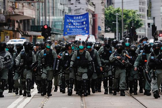 1일(현지시간) 홍콩 경찰들이 홍콩 주권 반환 기념식을 반대하는 시위대를 막기위해 출동하고 있다. [로이터=연합뉴스]