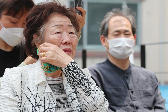 일본군 위안부 피해자 이용수 할머니가 지난 6일 오전 대구 중구 서문로 희움 일본군 위안부 역사관에서 열린 '대구·경북 일본군 위안부 피해자 추모의 날' 행사에 참석했다. 뉴스1