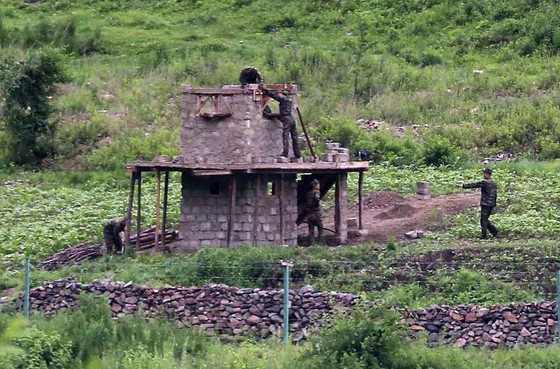 북한 주민들이 북중 국경을 넘어 탈북하는 것을 막기 위해 북한 당국이 2017년 양강도 혜산 인근에 초소와 철조망을 설치하고 있다. [중앙포토]