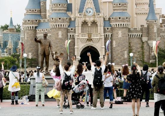 1일 도쿄 디즈니랜드가 넉달 만에 재개장하자 방문객들이 몰렸다. 도쿄에선 신규 확진자가 최근 6일 연속 50명을 넘는 등 코로나19 재확산 조짐이 나타나고 있다. [AP=연합뉴스]