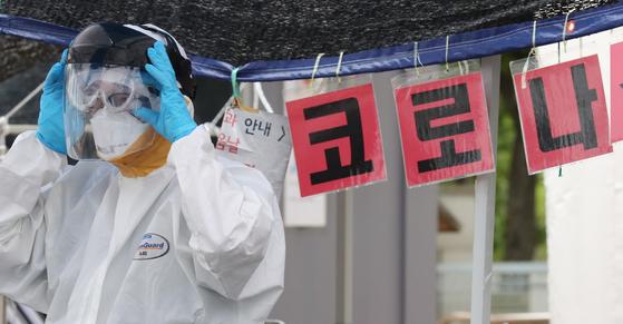 대전 동구보건소에 마련된 선별진료소에서 의료진이 분주한 모습을 보이고 있다. 뉴스1