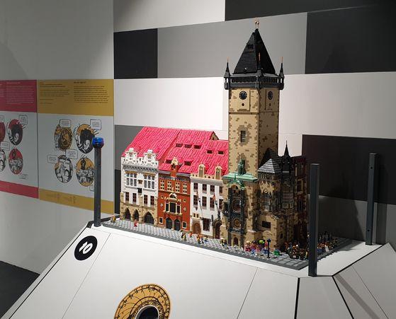구 시청사와 천문시계 (Old Town Hall and Astronomical Clock). 사용된 브릭 수 1만 5천 개, 제작 기간 170시간. [사진 브릭캠퍼스]