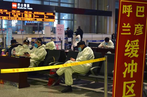 지난 4월 중국 헤이룽장성에서 신종 코로나바이러스 감염증(코로나19) 집단 감염이 발생하자 경찰이 보호복을 입은 채 하얼빈 국제공항을 지키고 있다. [로이터=연합뉴스]