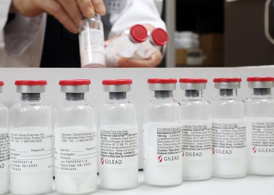 질병관리본부가 렘데시비르 수입자인 길리어드사이언스코리아와 국내 도입 협의를 통해 의약품 무상공급을 계약을 체결하고 1일부터 국내 공급을 시작한다고 밝혔다. 연합뉴스