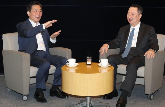 성윤모 산업통상부 장관(사진 왼쪽)과 박용만 대한상공회의소 회장이 지난 6월25일 서울 중구 대한상공회의소에서 열린 '2020년도 제2차 산업융합 규제특례심의위원회'를 앞두고 이야기를 나누고 있다. 뉴스1