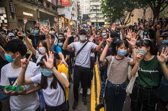 1일(현지시간) 홍콩 반환 23주년을 맞아 홍콩 시내에서 집회가 열리고 있다. AFP=연합뉴스