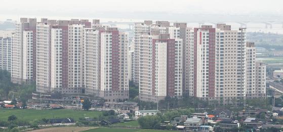 6.17 부동산대책에서 제외된 경기 김포와 파주 지역이 풍선효과로 집값이 오르면서 정부가 해당 지역을 규제지역 대상으로 조사중에 있다. 한국감정원에 따르면 김포 아파트값 주간 변동률(22일 기준)은 전주 대비 1.88%로 전국 1위를 기록했다. 사진은 김포의 한 아파트. 뉴스1