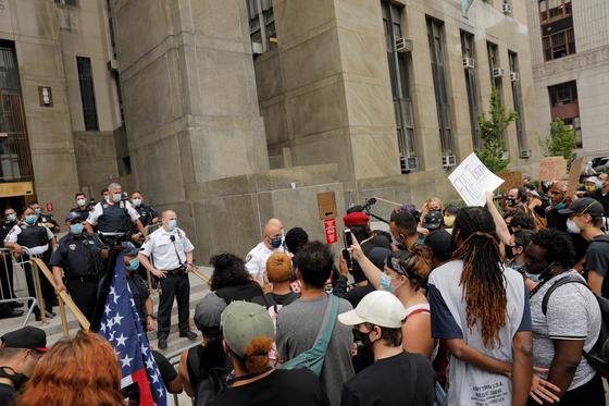 30일(현지시간) 미 뉴욕시청 앞에서 시위대가 백인 경찰의 과잉진압에 사망한 조지 플로이드 사건에 항의하며 '경찰 해산'을 주장하고 있다. [로이터=연합뉴스]