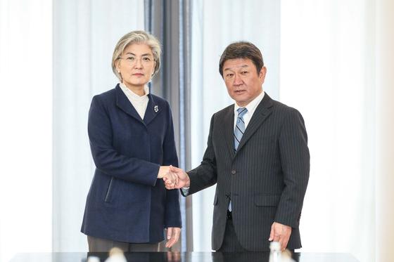 뮌헨안보회의에 참석한 강경화 외교부 장관은 지난 2월 모테기 도시미쓰(茂木敏充) 일본 외무상과 한일 외교장관 회담에 앞서 악수하고 있다. [외교부]