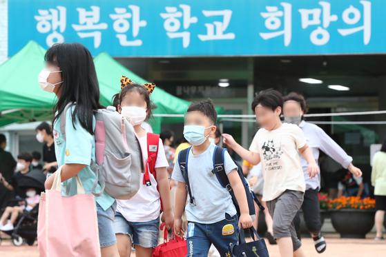 1일 오후 대전 동구의 한 초등학교에서 학생들이 집으로 돌아 가고 있다. 뉴스1