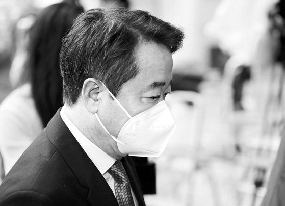 이웅열 전 코오롱그룹 회장이 지난달 30일 구속 전 피의자 심문(영장실질심사)을 받기 위해 서울 서초구 중앙지법으로 들어서고 있다. [연합뉴스]