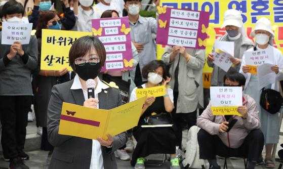 지난 5월 20일 오후 서울 종로구 옛 일본대사관 앞에서 열린 제1440차 일본군 '위안부' 문제해결을 위한 수요집회에서 이나영 이사장이 입장문을 발표하고 있다. 우상조 기자