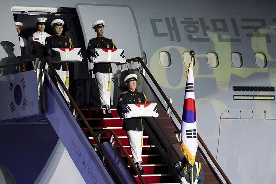 25일 경기 성남 서울공항에서 열린 6.25전쟁 70주년 행사에서 국군전사자들의 유해가 봉환되고 있다. 사진 청와대 제공