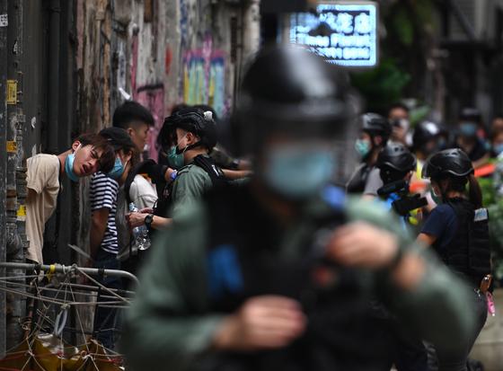 홍콩 시내에서 경찰과 시위대가 대치하고 있다. EPA=연합뉴스