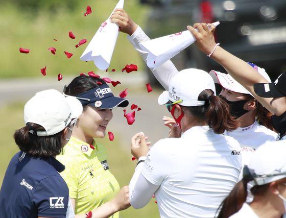 한국여자오픈에서 우승을 차지한 세계랭킹 1위 유소연 선수. 우승 상금 2억 5000만 원 전액을 신종 코로나 바이러스 퇴치 성금으로 기부한다고 밝혀 세계를 감동시킨 바 있다. [사진 뉴스1]