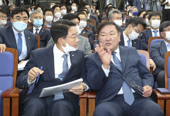 1일 더불어민주당 정책 의원총회에 참석한 김태년 원내대표(오른쪽)와 조정식 정책위의장. 임현동 기자