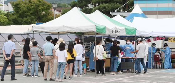 대전 동구 천동초등학교에서 교내 첫 신종 코로나바이러스 감염증(코로나19)확산이 발생한 가운데 1일 오전 동구보건소에 마련된 선별진료소에서 학생들이 검사를 받기 위해 기다리고 있다. 뉴스1