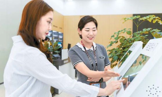 삼성전자서비스 상담사가 고객의 접수를 도와주고 있다. [사진 삼성전자서비스]