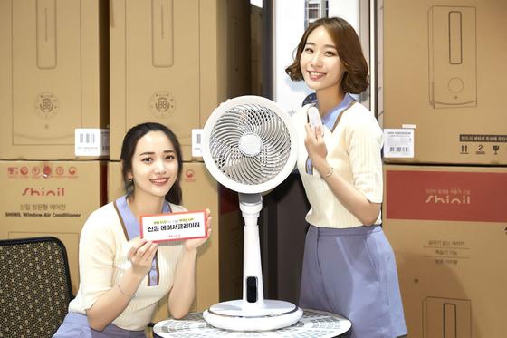 이마트 트레이더스 송림점에서 모델들이 에어 서큘레이터를 소개하는 모습. 연합뉴스