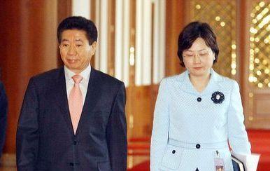 2005년 4월 25일 고(故) 노무현 전 대통령이 청와대에서 업무보고를 받기 위해 조기숙 홍보수석비서관과 입장하고 있다. 중앙포토
