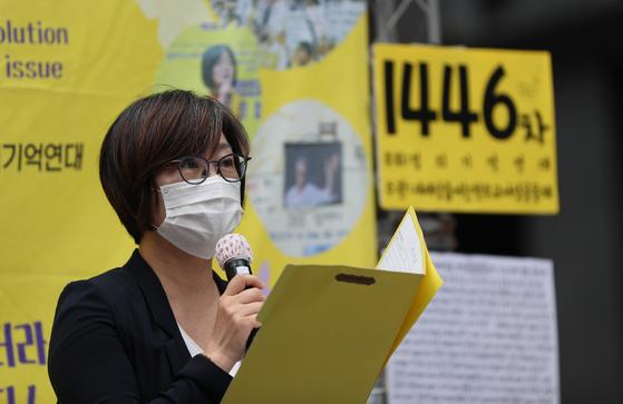 1일 종로구 평화의 소녀상 인근에서 정의기억연대 주최로 열린 일본군 위안부 피해자 문제 해결을 위한 정기 수요시위에서 이나영 이사장이 발언을 하고 있다. 연합뉴스