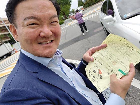 차명진 전 의원이 지난달 30일 자신의 페이스북에 국회를 찾았다가 '주차 딱지'를 떼인 민경욱 전 의원의 소식을 올렸다. [사진 차명진 페이스북]