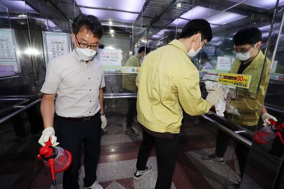 1일 오후 광주 북구 오치동 한 아파트에서 해당 동 관계자들이 방역 소독을 하고 있다. 뉴스1
