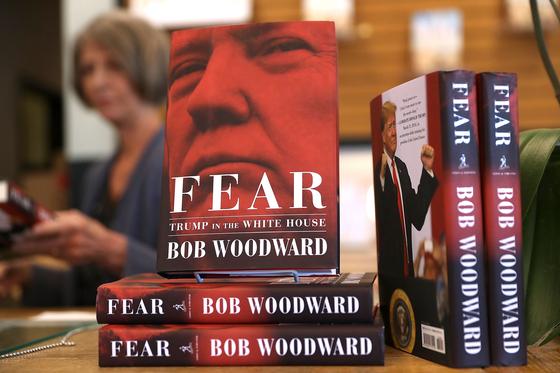 미국 캘리포니아주 한 서점의 서가에 놓인 밥 우드워드의『공포』[AFP=연합뉴스]