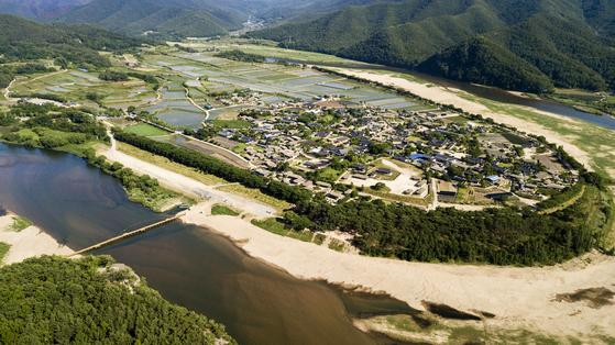 드론으로 촬영한 안동 하회마을. 낙동강이 마을을 품고 있는 듯한 모습이다. 장진영 기자