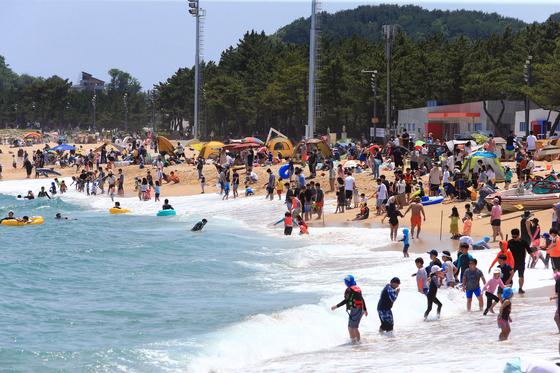 지난달 20일 강원 속초해수욕장이 더위를 식히려고 찾은 관광객과 시민들로 붐비고 있다. 연합뉴스
