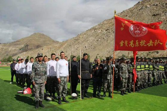 지난달 15일 중국 시장군구가 인도와의 국경 지역 충돌에 대비해 새로 설립한 5개 민병부대. 왼쪽에 격투기 선수들로 구성된 쉐아오 고원반격부대가 보인다. 다른 부대원보다 덩치가 훨씬 크다. [중국군망 캡처]