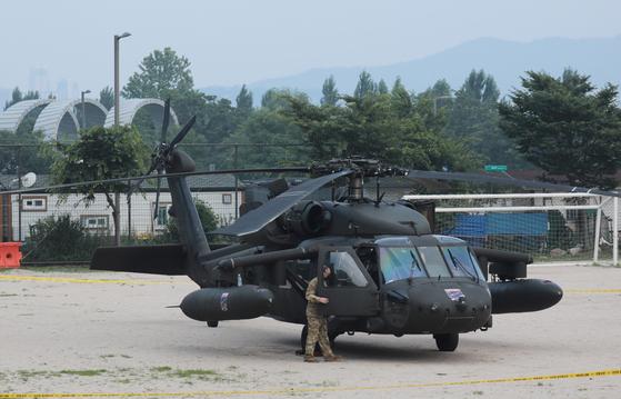 2일 오후 주한미군 소속 블랙호크(UH-60)가 비행 중 엔진 이상이 감지돼 서울 용산구 이촌동 한강공원 공터에 비상 착륙했다. [뉴스1]