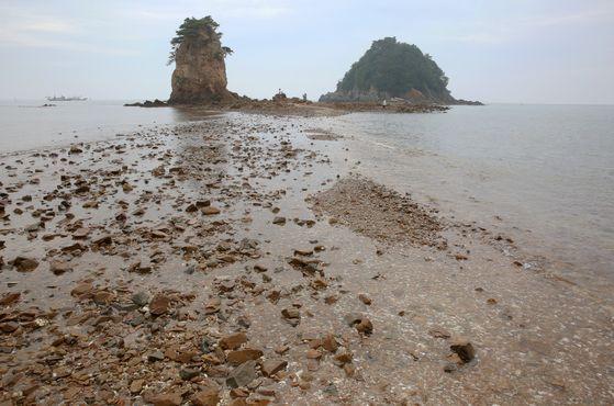 안면도 최대 관광지 꽃지 해변. 물이 빠지면 할미바위와 할아비바위가 오롯이 드러난다. 유명한 일몰 포인트다. 손민호 기자