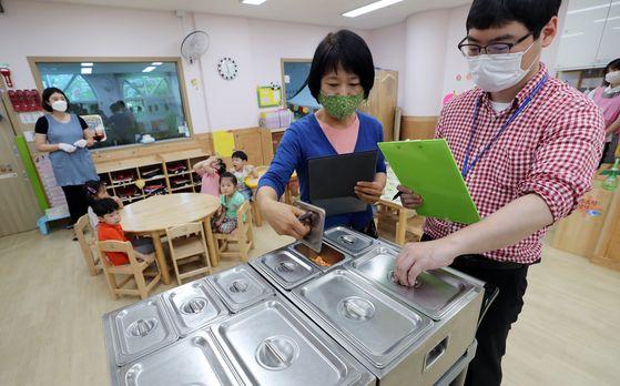 지난달 30일 오전 광주 북구청 어린이집에서 북구청 행정지원과 직원들이 어린이들의 급식을 점검하고 있다. 연합뉴스