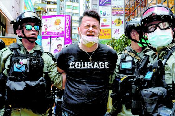 1일(현지시간) 홍콩보안법 반대 시위를 벌이던 한 집회 참가자가 경찰에 연행되고 있다. 이날 하루 보안법 위반으로 9명이 체포됐다. [AP=연합뉴스]
