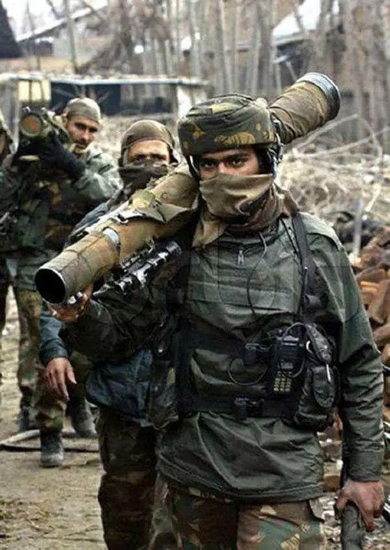 인도는 중국의 격투기 선수에 맞서기 위해 '킬러'를 뜻하는 '가탁' 돌격대를 국경 지역에 파견한다. 이들은 35kg의 물체를 멘 채 40Km를 쉬지 않고 뛰는 강철 체력의 소유자들로 알려져있다. [인디안TV 캡처]
