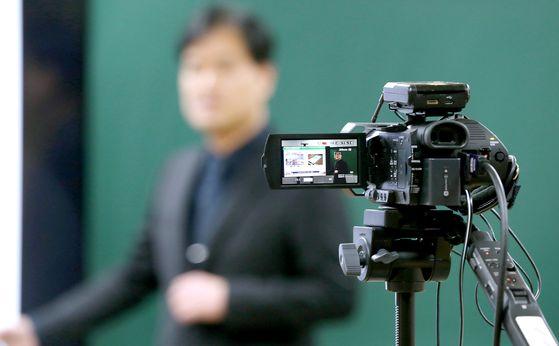 한 대학에서 교수가 온라인 수업을 위한 동영상 강의를 녹화하고 있다. 연합뉴스