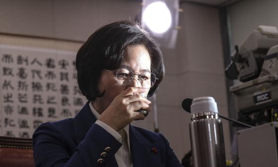 추미애 법무부 장관 후보자가 지난해 12월30일 국회에서 열린 인사청문회에 참석해 물을 마시고 있다. 김경록 기자
