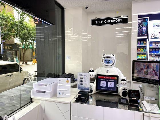 1일 서울 중구 수표동 세븐일레븐 시그니처 DDR점의 계산 로봇 '브니'가 자리를 지키고 있다. 전영선 기자